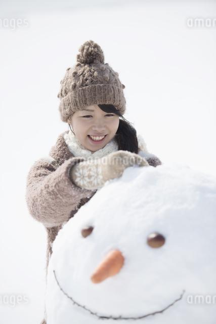 雪だるまを作る女性の写真素材 [FYI04553532]