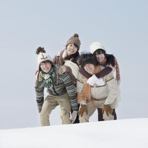 雪原ではしゃぐ大学生の写真素材 [FYI04553554]
