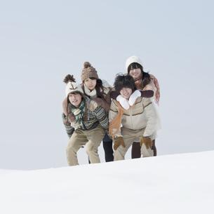 雪原ではしゃぐ大学生の写真素材 [FYI04553556]