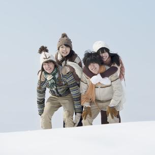 雪原ではしゃぐ大学生の写真素材 [FYI04553558]