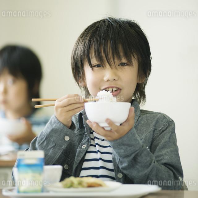 給食を食べる小学生の写真素材 [FYI04553569]