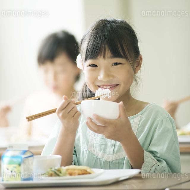 給食を食べる小学生の写真素材 [FYI04553570]