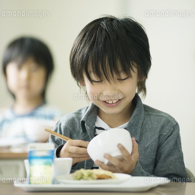 給食を食べる小学生の写真素材 [FYI04553571]