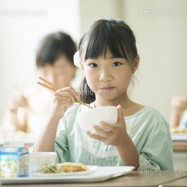 給食を食べる小学生の写真素材 [FYI04553572]