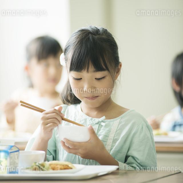 給食を食べる小学生の写真素材 [FYI04553573]