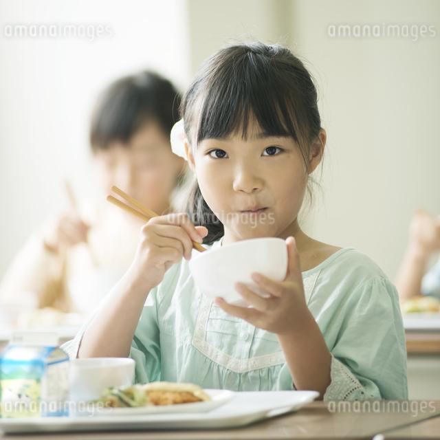 給食を食べる小学生の写真素材 [FYI04553574]