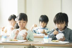 給食を食べる小学生の写真素材 [FYI04553575]