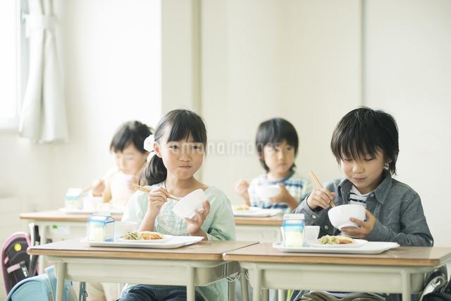 給食を食べる小学生の写真素材 [FYI04553576]