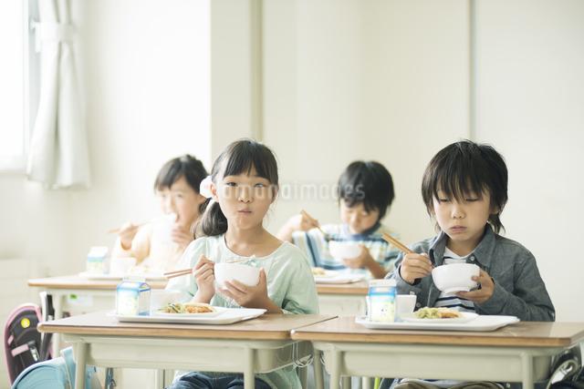 給食を食べる小学生の写真素材 [FYI04553577]