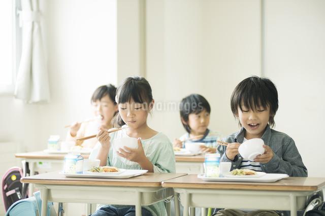 給食を食べる小学生の写真素材 [FYI04553578]