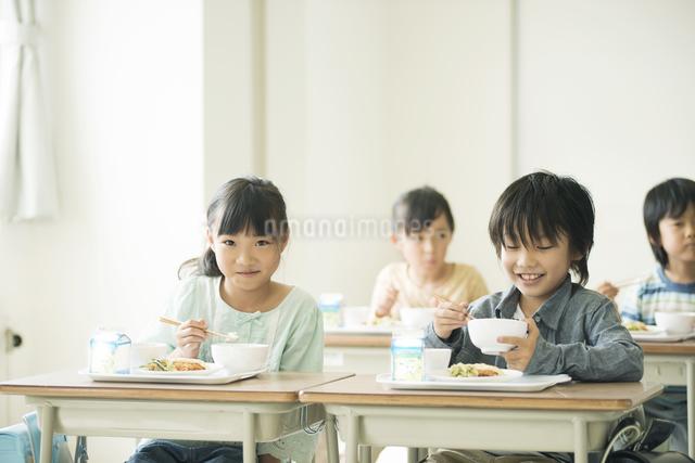 給食を食べる小学生の写真素材 [FYI04553579]