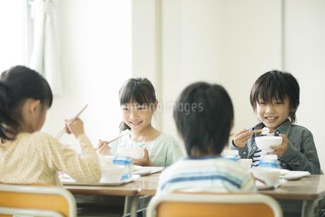 給食を食べる小学生の写真素材 [FYI04553580]