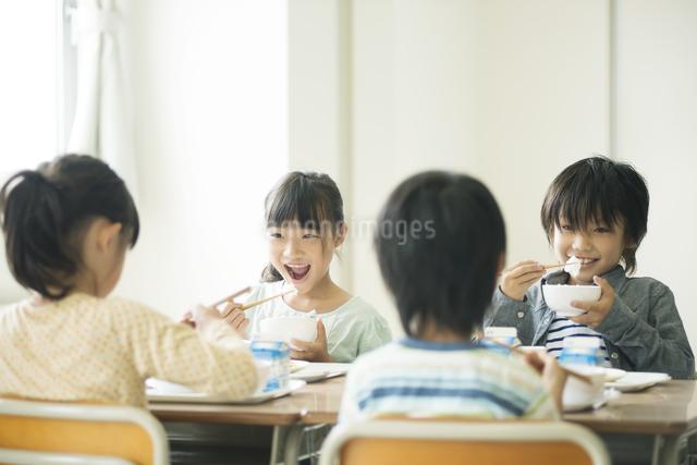 給食を食べる小学生の写真素材 [FYI04553581]