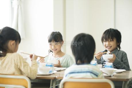 給食を食べる小学生の写真素材 [FYI04553582]