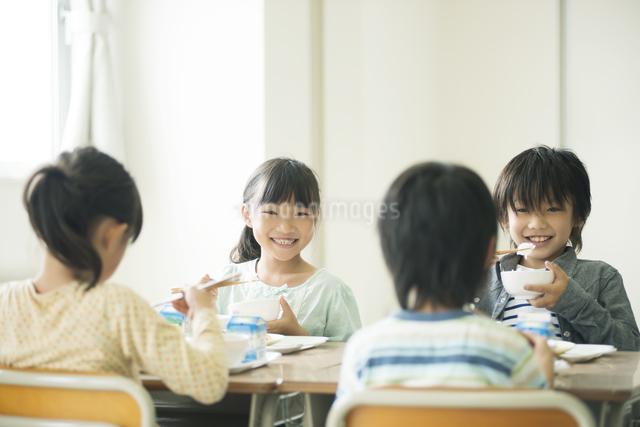 給食を食べる小学生の写真素材 [FYI04553583]