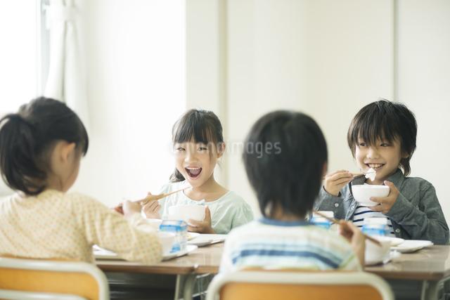 給食を食べる小学生の写真素材 [FYI04553584]