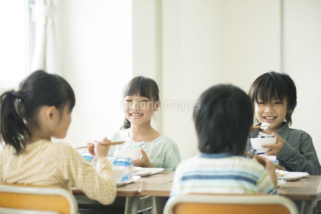 給食を食べる小学生の写真素材 [FYI04553586]