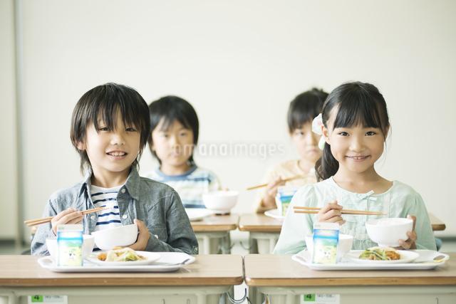 給食を食べる小学生の写真素材 [FYI04553597]