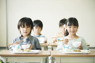 給食を食べる小学生の写真素材 [FYI04553598]