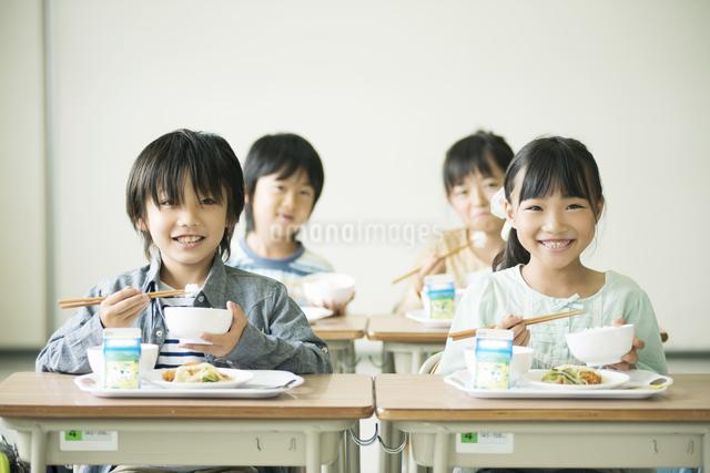 給食を食べる小学生の写真素材 [FYI04553599]