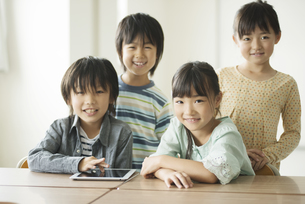 教室で微笑む小学生の写真素材 [FYI04553610]
