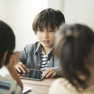 タブレットPCを操作する小学生の写真素材 [FYI04553614]