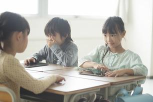 タブレットPCを操作する小学生の写真素材 [FYI04553615]