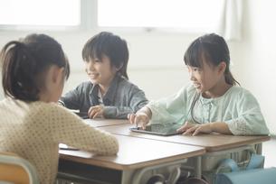 タブレットPCを操作する小学生の写真素材 [FYI04553617]