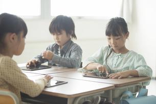 タブレットPCを操作する小学生の写真素材 [FYI04553618]