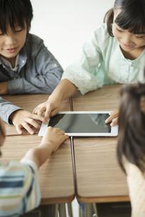 タブレットPCを操作する小学生の写真素材 [FYI04553624]