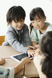 タブレットPCを操作する小学生の写真素材 [FYI04553627]