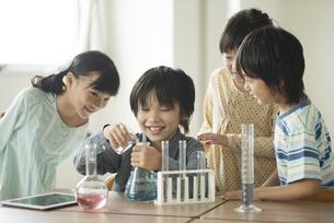 実験をする小学生の写真素材 [FYI04553642]