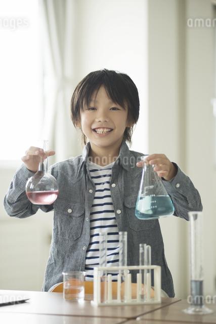 実験をする小学生の写真素材 [FYI04553652]