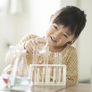 実験をする小学生の写真素材 [FYI04553660]