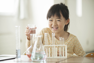 実験をする小学生の写真素材 [FYI04553663]