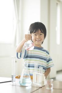 実験をする小学生の写真素材 [FYI04553679]
