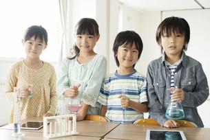 実験器具を持つ小学生の写真素材 [FYI04553689]