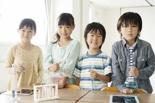 実験器具を持つ小学生の写真素材 [FYI04553690]