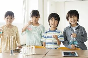 実験器具を持つ小学生の写真素材 [FYI04553691]
