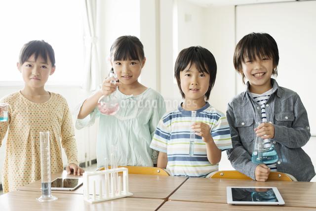 実験器具を持つ小学生の写真素材 [FYI04553692]