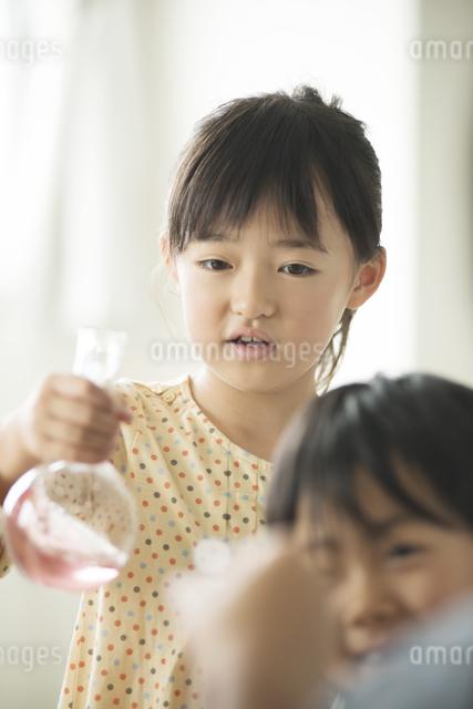 実験をする小学生の写真素材 [FYI04553693]
