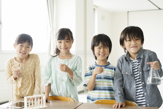 実験器具を持つ小学生の写真素材 [FYI04553697]
