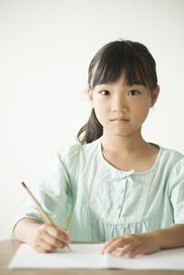 勉強をする小学生の写真素材 [FYI04553702]
