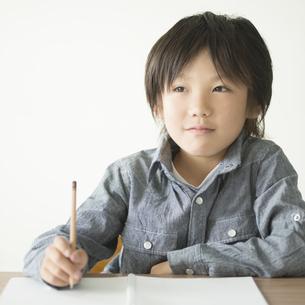 勉強をする小学生の写真素材 [FYI04553708]