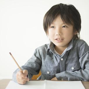 勉強をする小学生の写真素材 [FYI04553709]