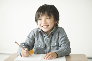 勉強をする小学生の写真素材 [FYI04553712]