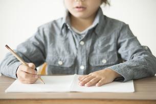 勉強をする小学生の手元の写真素材 [FYI04553716]