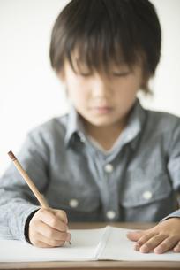 勉強をする小学生の写真素材 [FYI04553719]