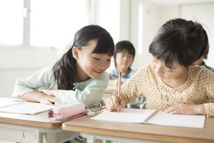 勉強を教え合う小学生の写真素材 [FYI04553724]