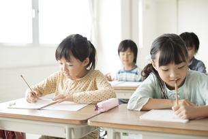 教室で授業を受ける小学生の写真素材 [FYI04553726]